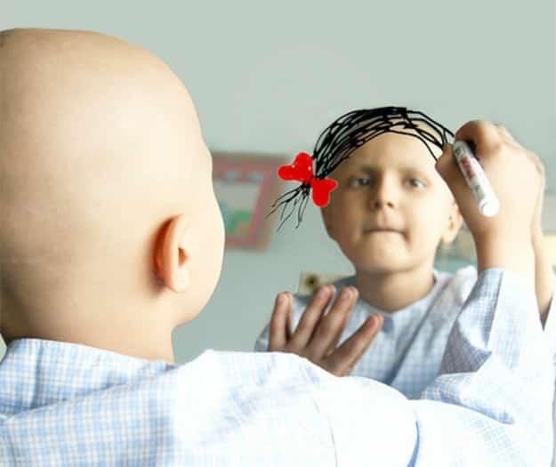 Kanser hastası bir küçük kız, dileğini aynaya çizerken...
