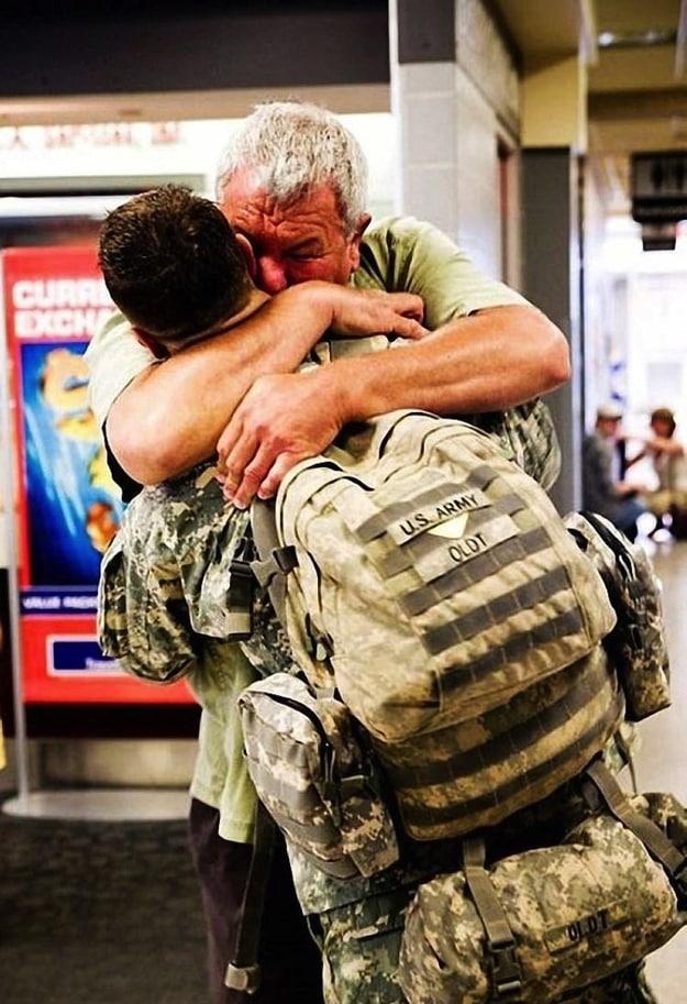 Ordudaki görevinden dönen askere babası sarılırken...