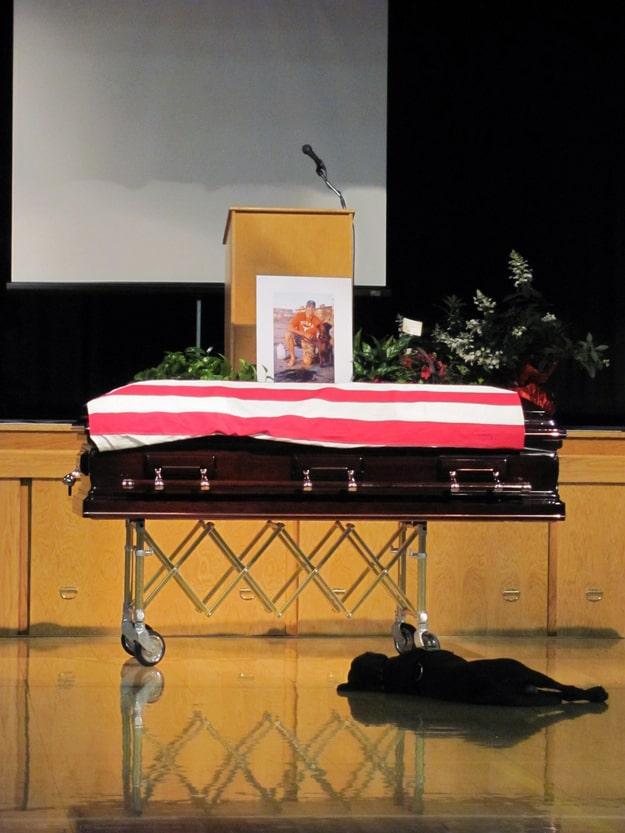 Hayatını kaybeden askerin sadık köpeği Hawkeye, cenaze töreni boyunca ve hatta cenaze töreni bittikten sonra da boylu boyunca uzanırken...