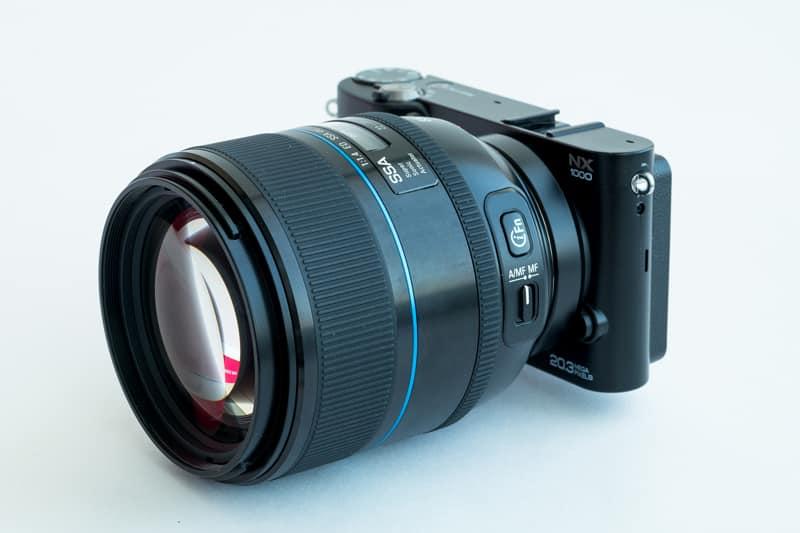NX1000 ile beraber bir 85mm 1.4 fotoğrafı, NX20 bu kadar küçük değil ama yine de böyle garip görünüyor :)